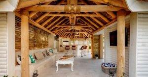 Vista interior de cenador de madera con cubierta de junco africano