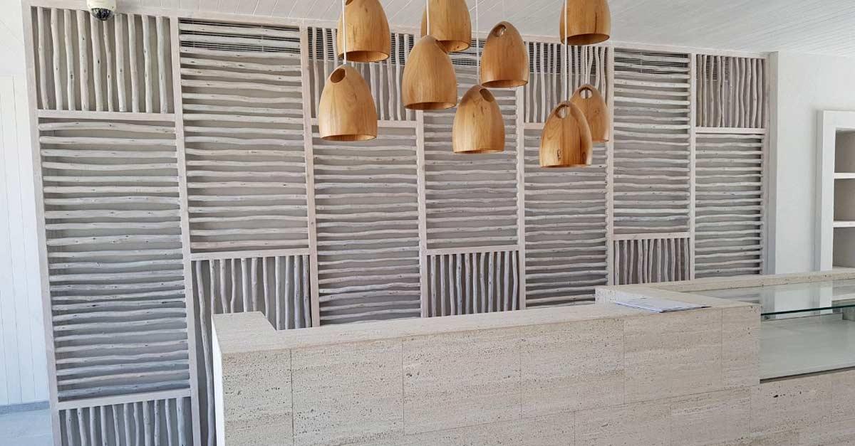 Biombo decorativo de madera formado por listones de eucalipto