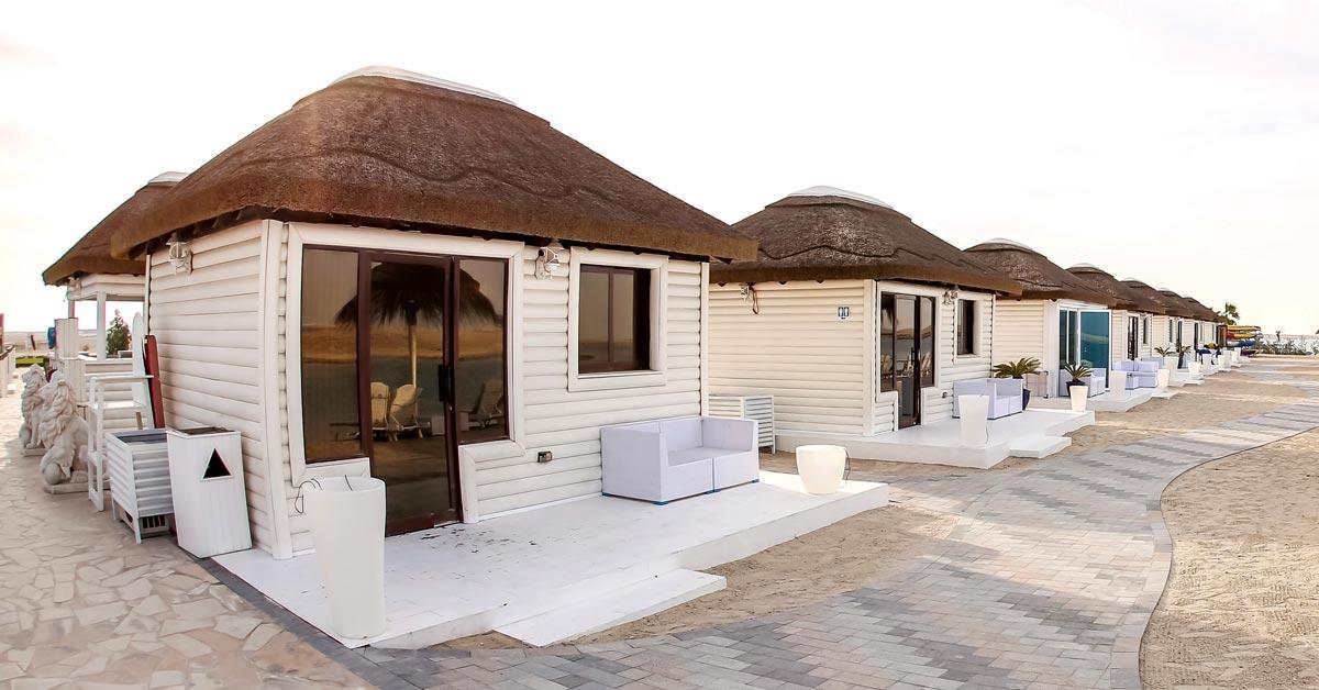 Cabañas de madera y junco africano para club de playa de lujo