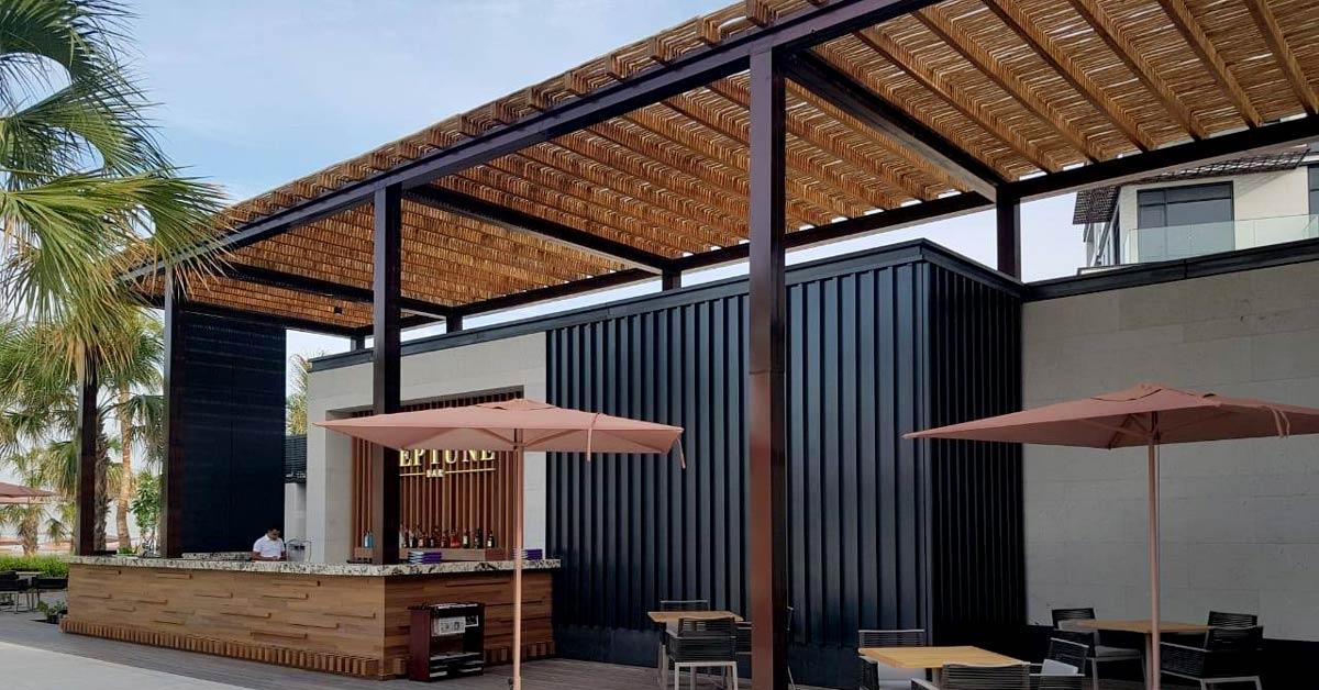 Cubierta semisombra de madera sobre estructura metalica