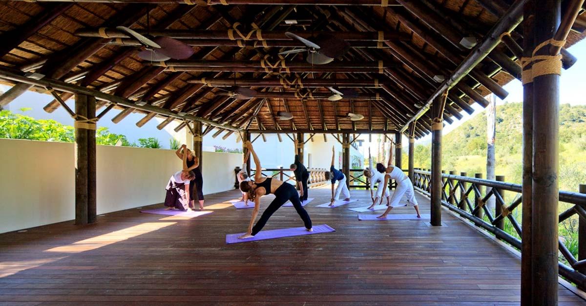 Pabellón de yoga de madera y cubierta de junco africano