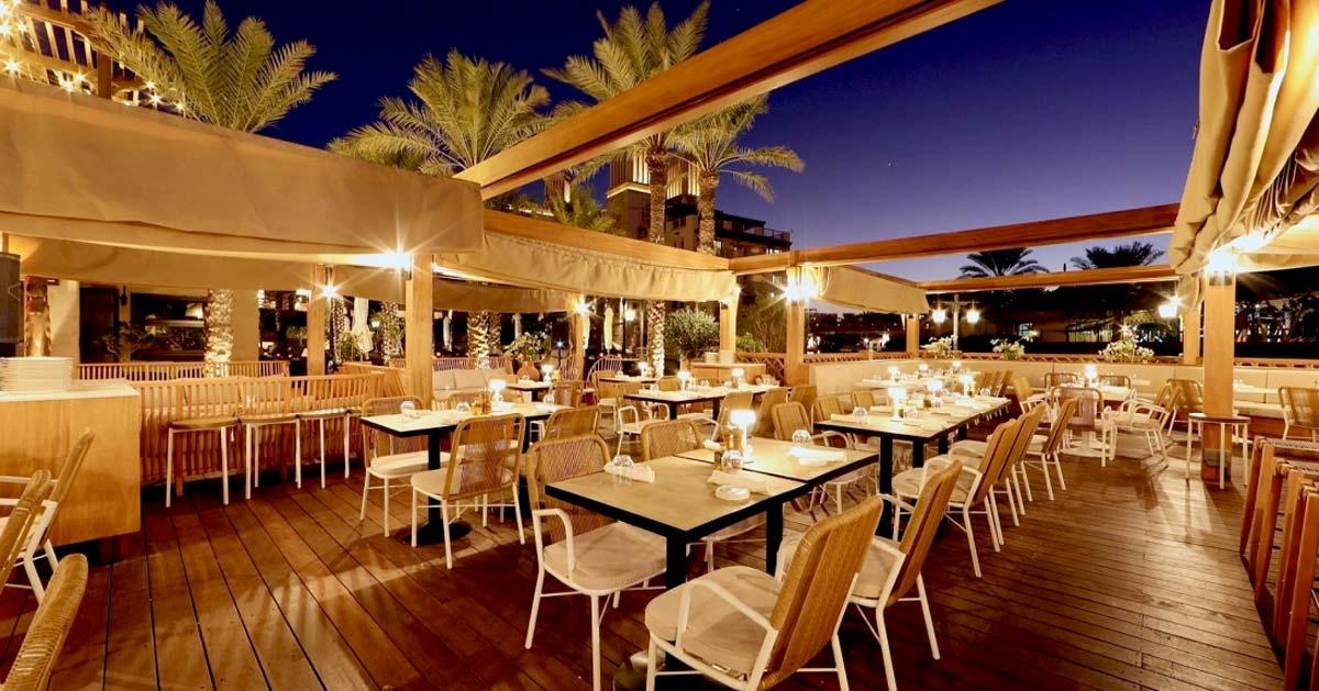 Terraza de madera para restaurante