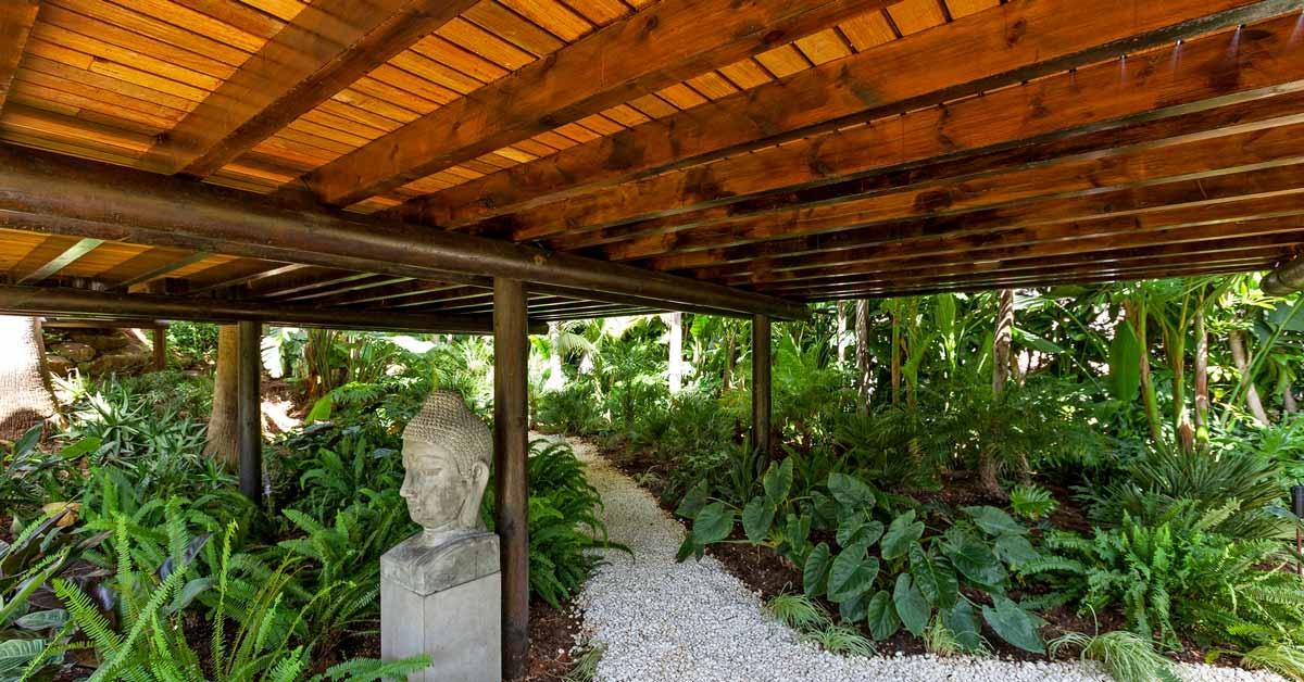 Vista del jardín debajo de una terraza de madera
