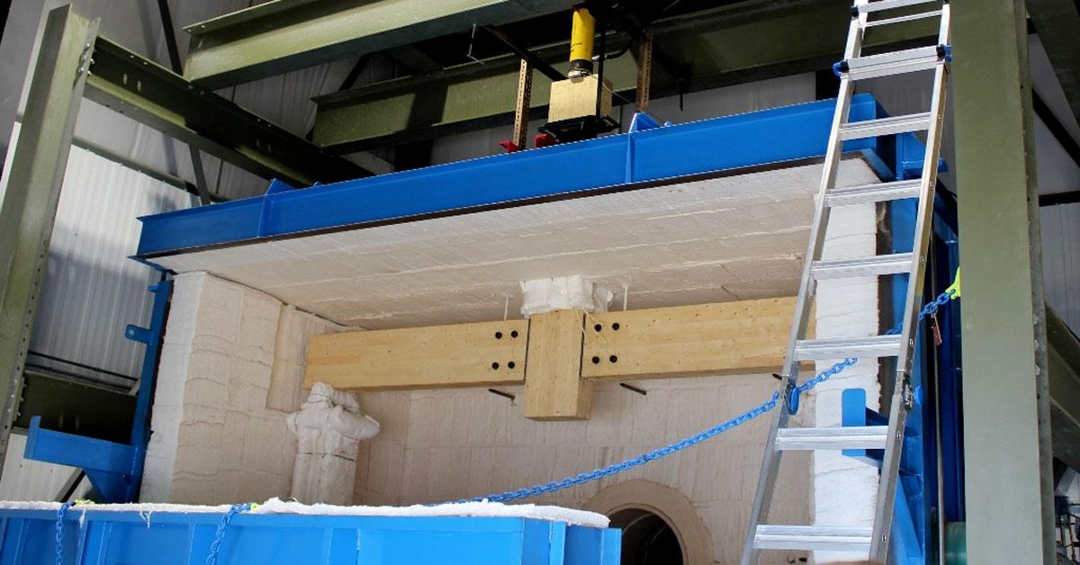 Vigas de madera cargadas en la cámara de prueba
