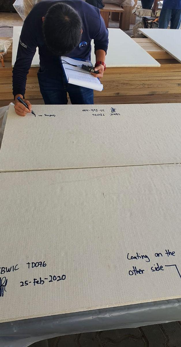 Auditor preparando material antes de las pruebas de Cape Reed Fireshield