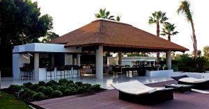 Cenador de obra con techo de junco africano