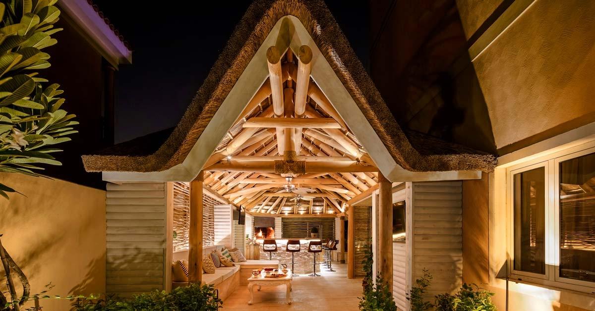 Cenador de madera con cubierta de junco africano