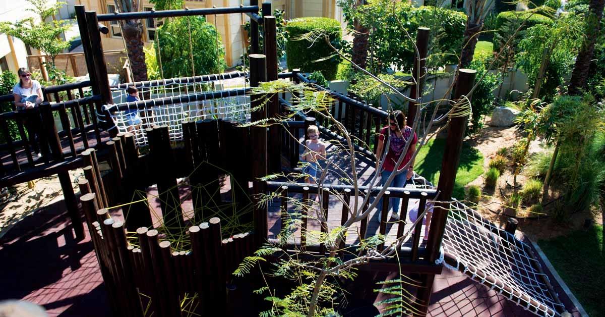 Estructura de juego de madera con zonas de trepar