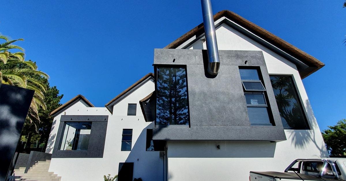 Casa moderna con cubierta de junco africano