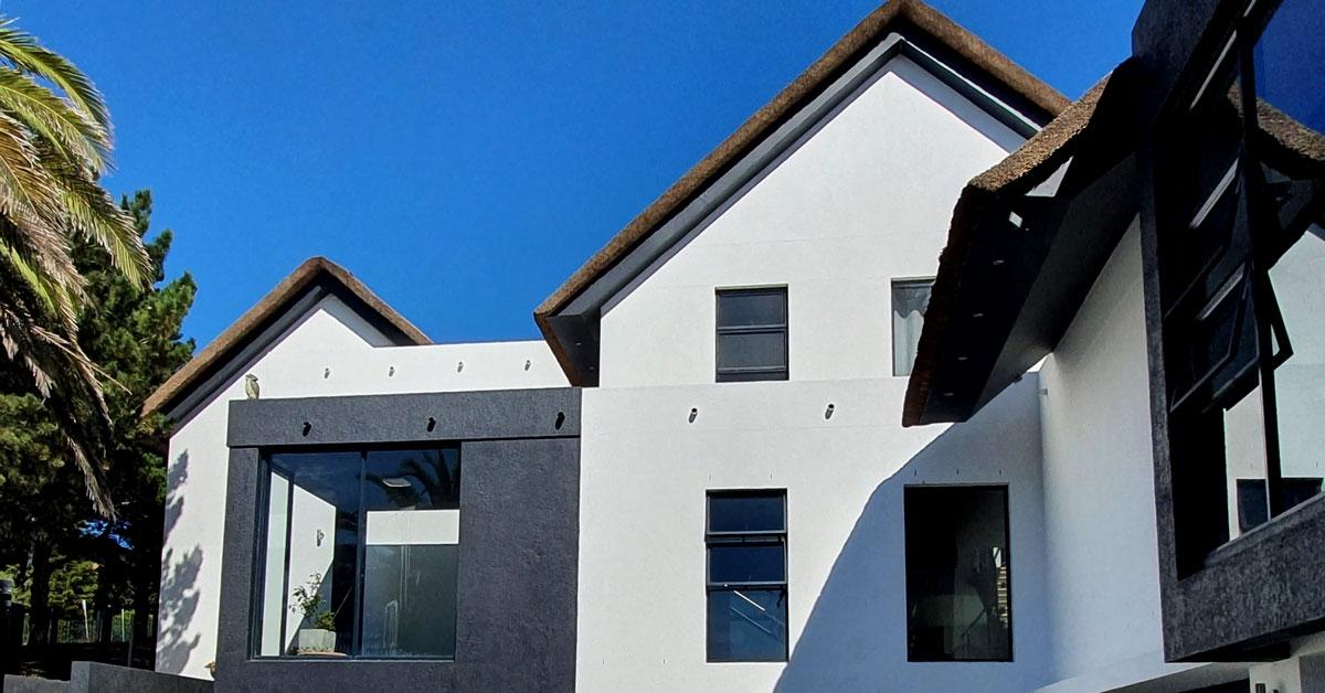 Casa moderna con techo de junco africano