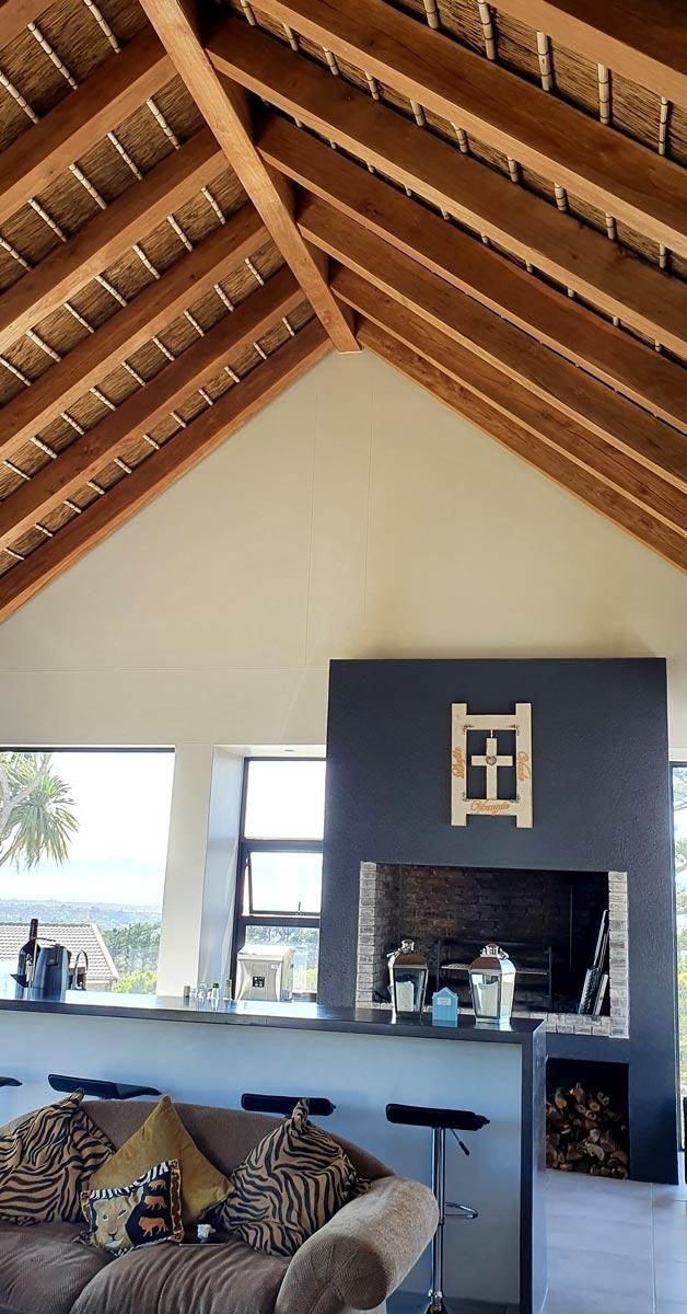 Vista interior de casa con cubierta de junco africano