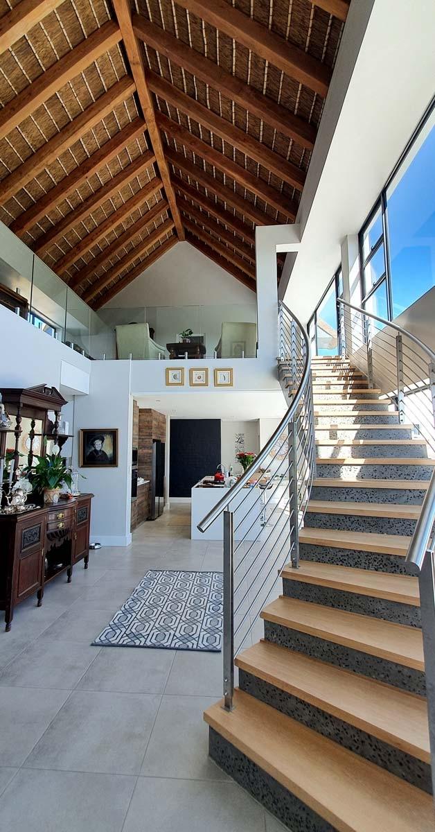 Interior de casa con cubierta de junco africano