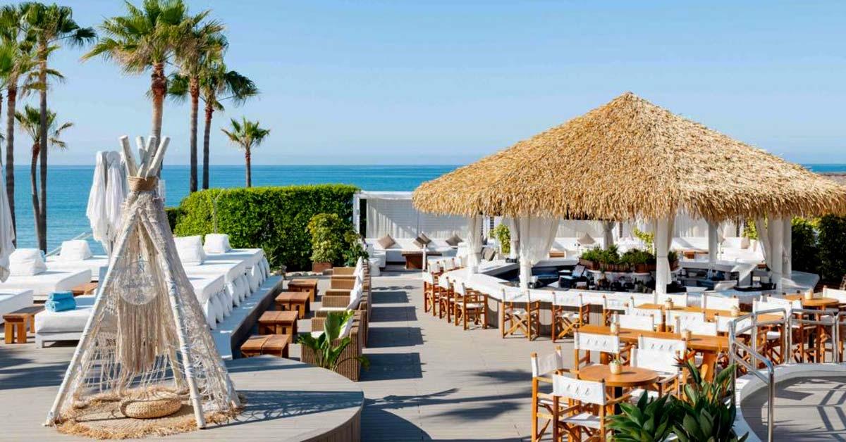 Bar en Nikki Beach Marbella con techo sintetico