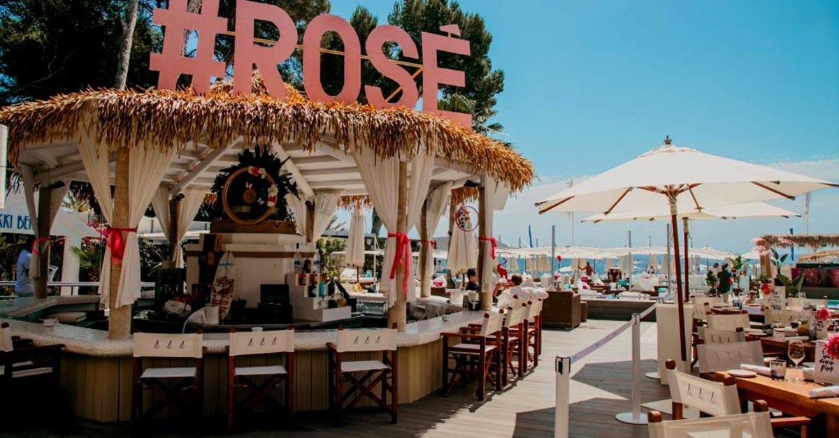 Bar en Nikki Beach con cubierta sintetica