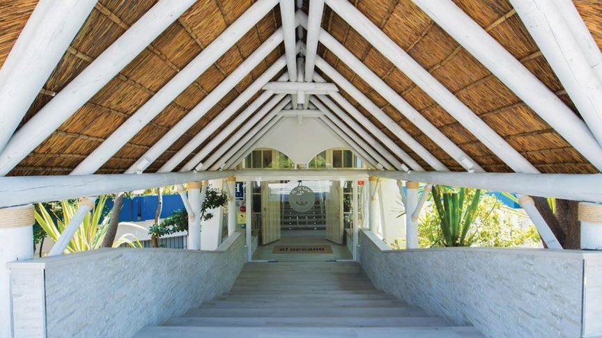 proyectos-comercial-el-oceano-beach-restaurant-entrada-techo-junco-africano-blanco