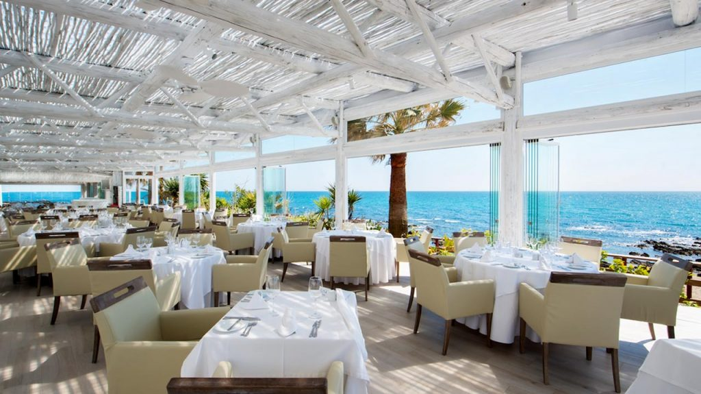 proyectos-comercial-el-oceano-beach-restaurant-pergola-madera-semisombra-blanca