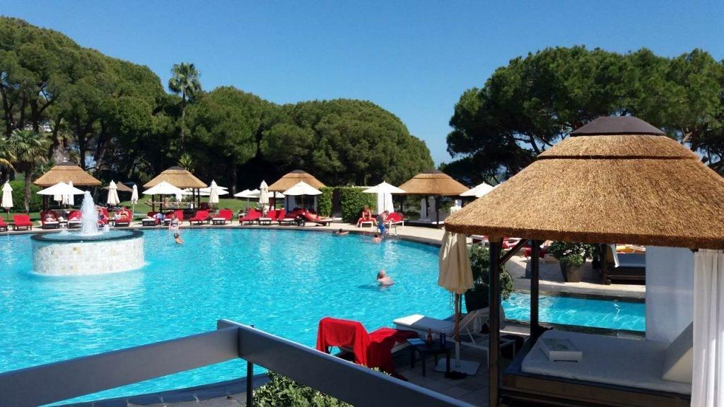 Camas balinesas de madera y junco africano para hotel de lujo en Marbella