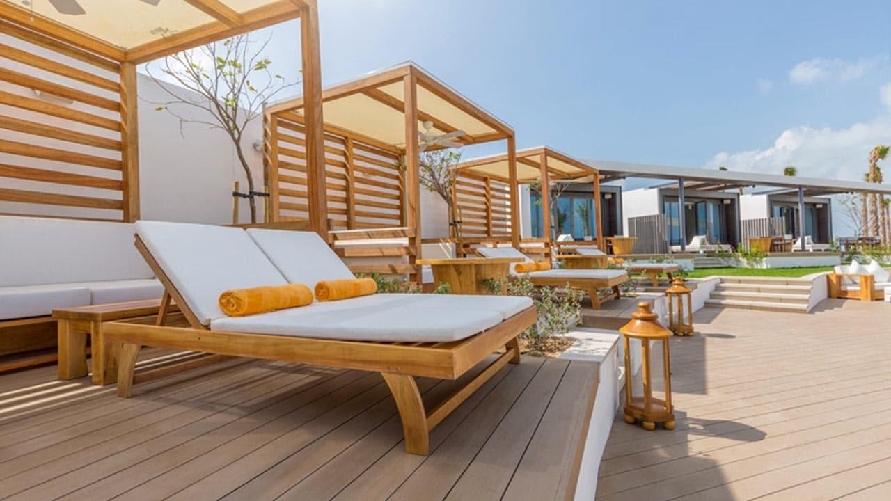 Camas de madera en Nikki Beach Dubai