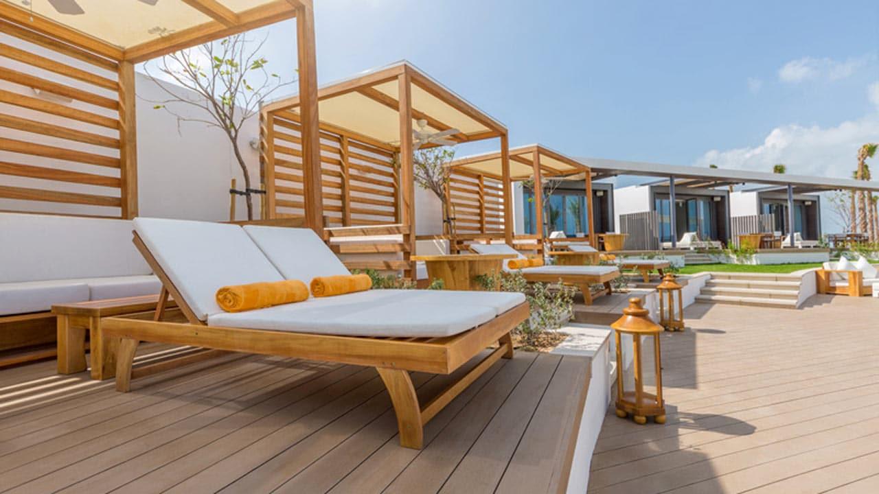 proyectos-comercial-nikki-beach-dubai-madera-piscina-cama-balines