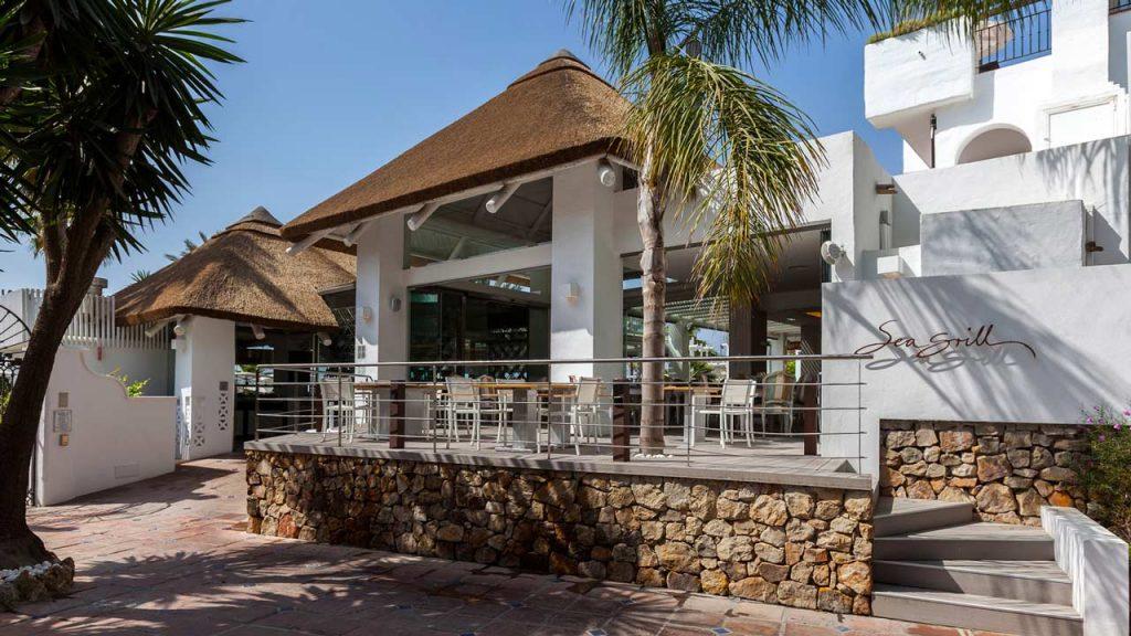 proyectos-comercial-sea-grill-restaurant-hotel-puente-romano-restaurante-techo-junco-africano
