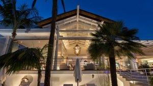 Restaurante de lujo con techo de junco africano en Marbella