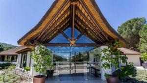 Hotel de lujo con entrada de junco africano