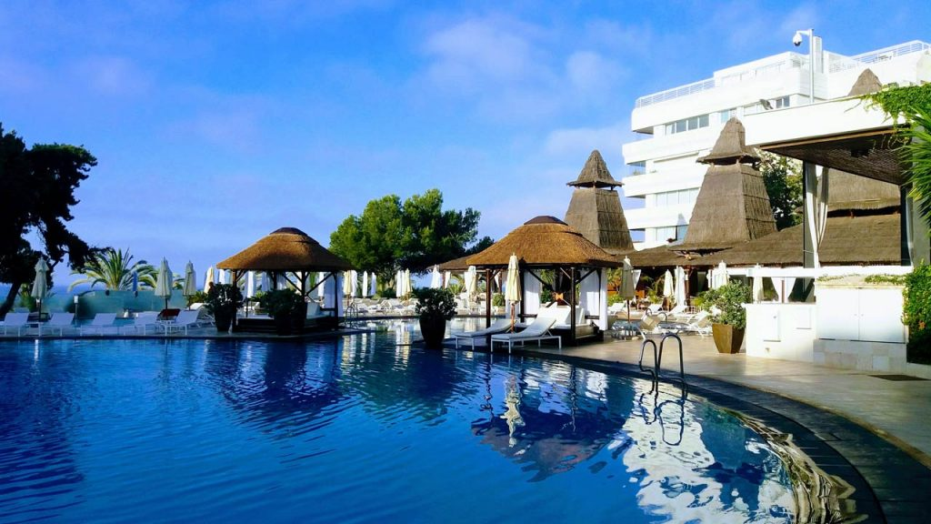 proyectos-commercial-gran-melia-don-pepe-cama-balinesa-madera-piscina