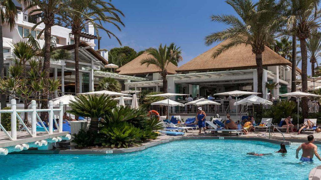 proyectos-commercial-sea-grill-restaurant-hotel-puente-romano-piscina-restaurante-blanco-junco-africano