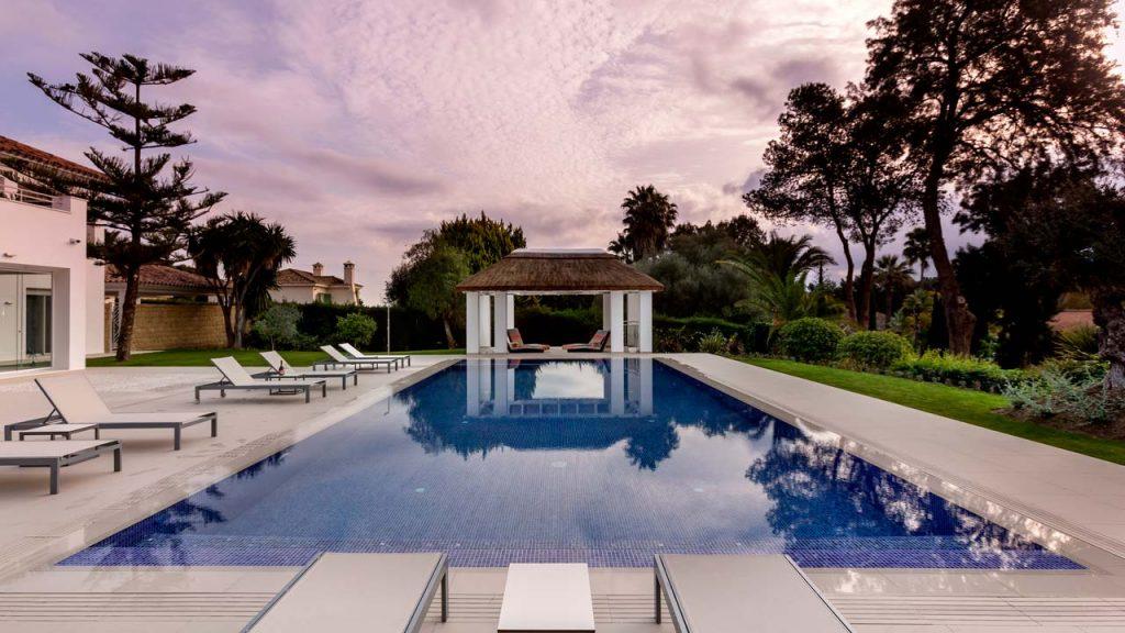 Descanso piscina junco africano sombra estructura obra Sotogrande