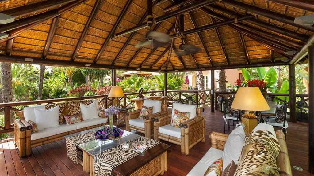 Elevado cenador junco africano interior tarima madera barandilla