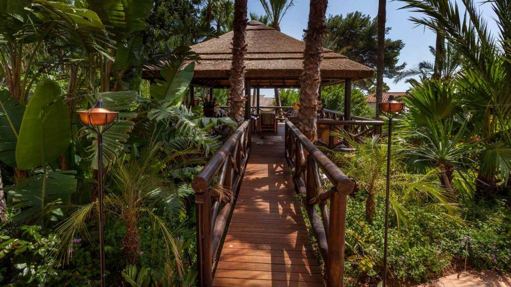 Residencial elevado cenador junco africano pasarela tarima madera barandilla Marbella