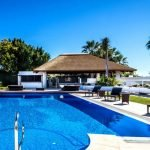 Residencial piscina cenador cubierta junco africano cocina