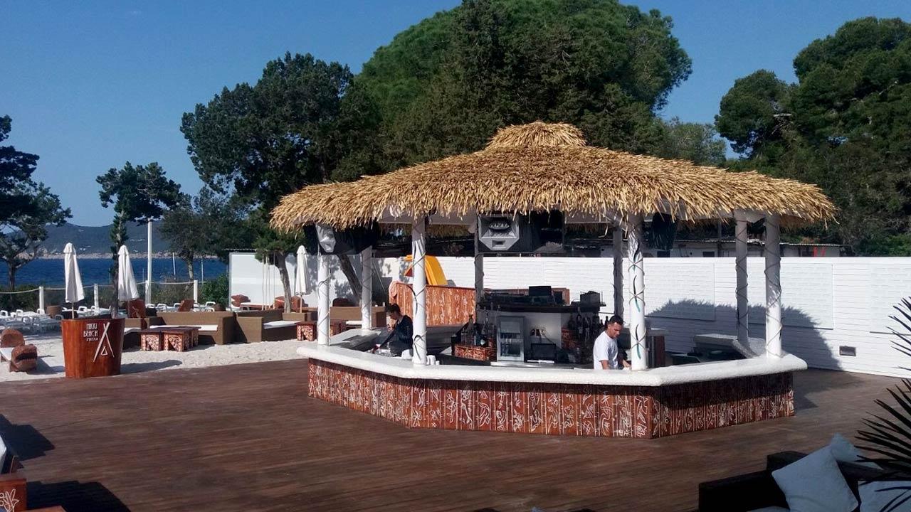 Bar con techo sintetico en Nikki Beach