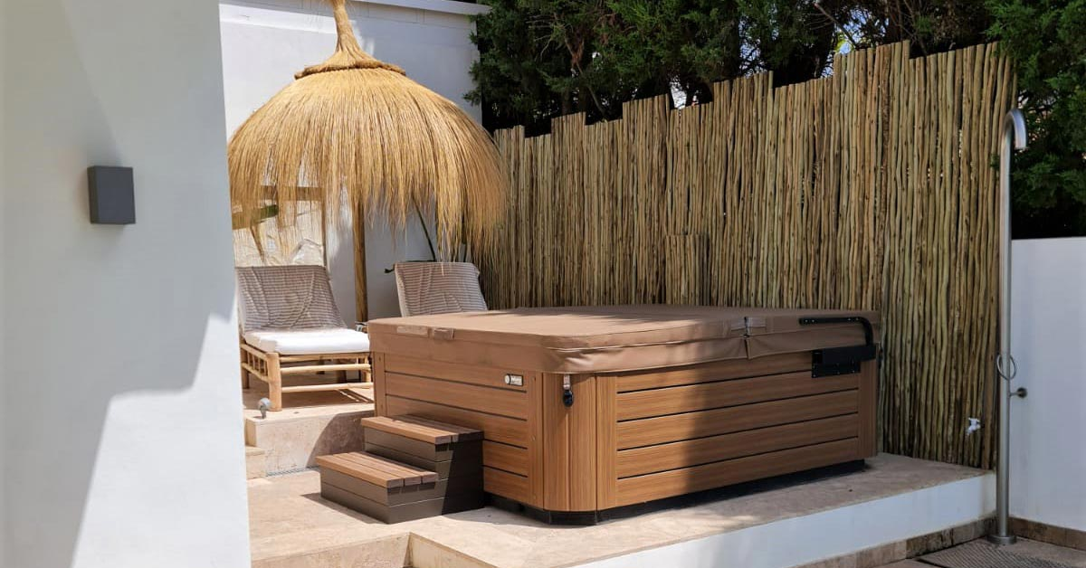 Jacuzzi with timber lath fencing